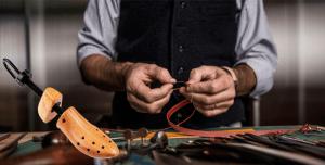 Laceando calçado de couro no sapateiro